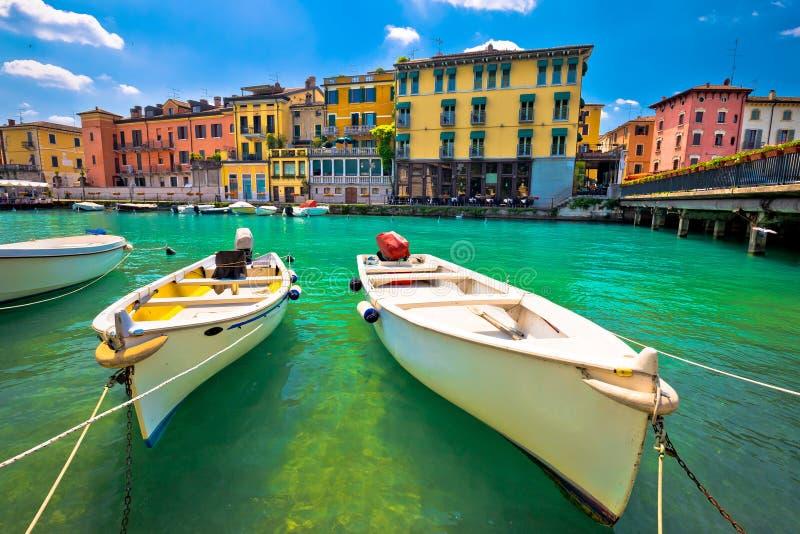 Opinião colorida do porto e dos barcos de Peschiera del Garda fotos de stock royalty free