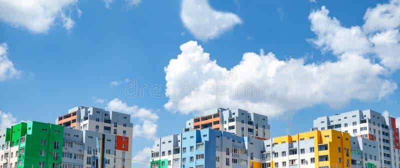 Opinião colorido do panorama das casas Prédios de apartamentos obstruídos pintados em cores vívidas no fundo do céu azul Urbano m imagem de stock royalty free