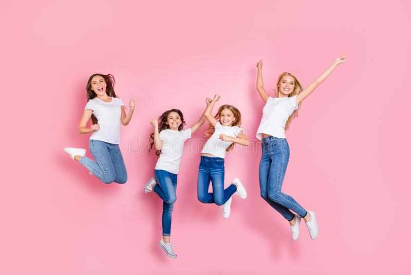 Opinião completa de tamanho de corpo do comprimento quatro meninas longas entusiasmados extáticos contentes alegres do cabelo do  fotografia de stock