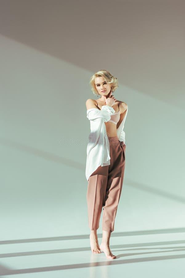 opinião completa do comprimento a mulher loura descalça bonita imagens de stock royalty free