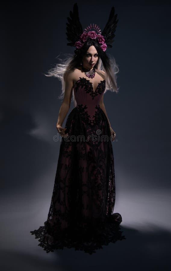 Opinião completa do comprimento a mulher moreno encantador na coroa cor-de-rosa fotografia de stock