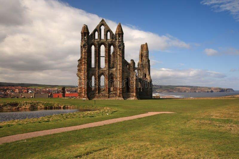 Opinião da abadia de Whitby imagem de stock royalty free