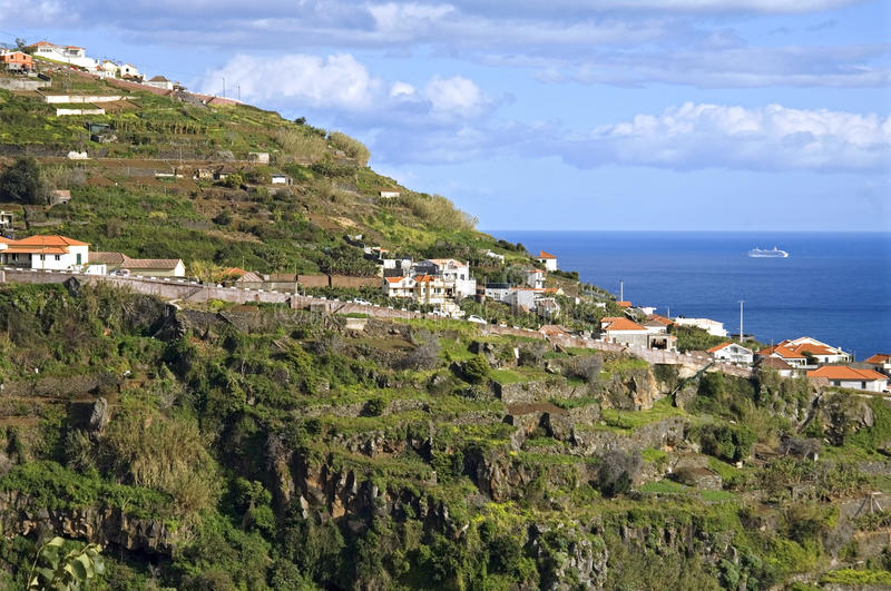 Opinião da aldeia da montanha com Oceano Atlântico em Madeira fotos de stock