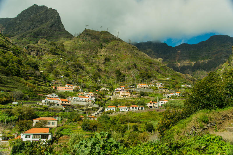 Opinião da aldeia da montanha de Madeira (2) fotografia de stock royalty free