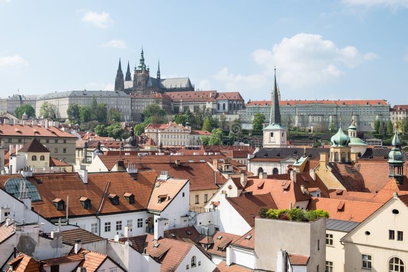 Opinião da antena ou da rocha sobre a cidade histórica de Praga em República Checa em um dia adiantado nublado do outono fotos de stock