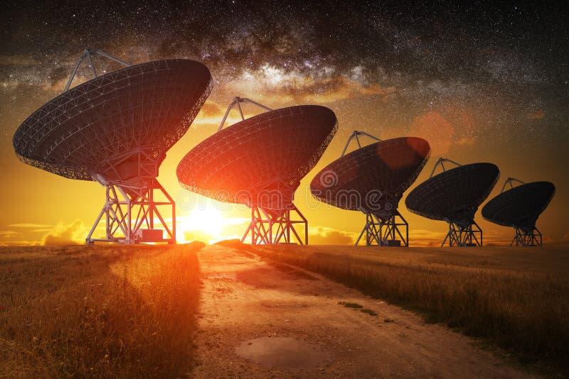 Opinião da antena parabólica na noite ilustração royalty free