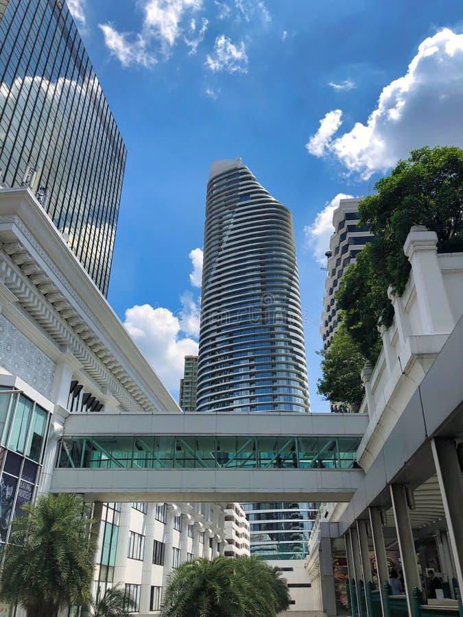 Opinião da arquitetura da cidade com construção do negócio na arquitetura moderna no centro da cidade metropolitano fotografia de stock royalty free
