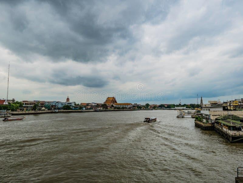 Opinião da arquitetura da cidade de Banguecoque com Chao Phraya River e o céu chuvoso da nuvem fotografia de stock
