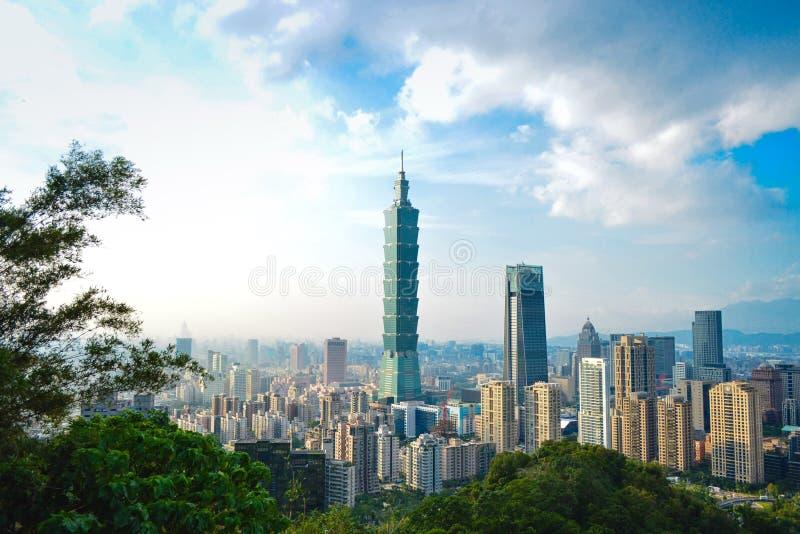 Opinião da arquitetura da cidade de Taipei da montanha do elefante foto de stock royalty free