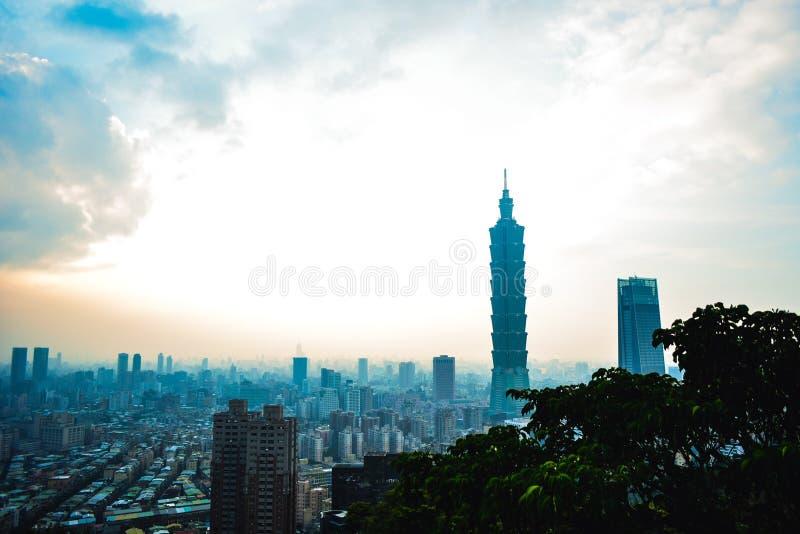 Opinião da arquitetura da cidade de Taipei da montanha do elefante imagem de stock