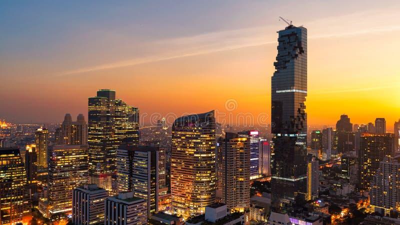 Opinião da arquitetura da cidade do panorama da construção moderna do negócio do escritório de Banguecoque na zona do negócio imagem de stock
