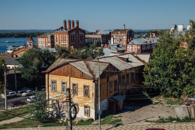 Opinião da arquitetura da cidade do Samara, construções industriais velhas da cervejaria de Zhiguli foto de stock