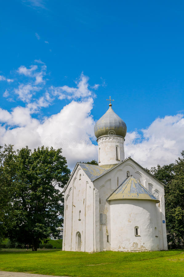 Opinião da arquitetura da igreja antiga da igreja dos doze apóstolos no abismo em Veliky Novgorod, Rússia fotografia de stock royalty free