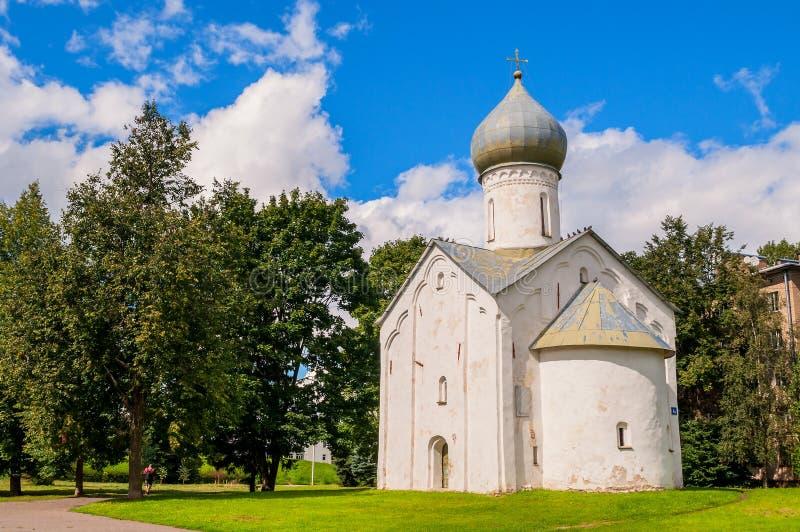 Opinião da arquitetura da igreja antiga da igreja dos doze apóstolos no abismo em Veliky Novgorod, Rússia fotografia de stock