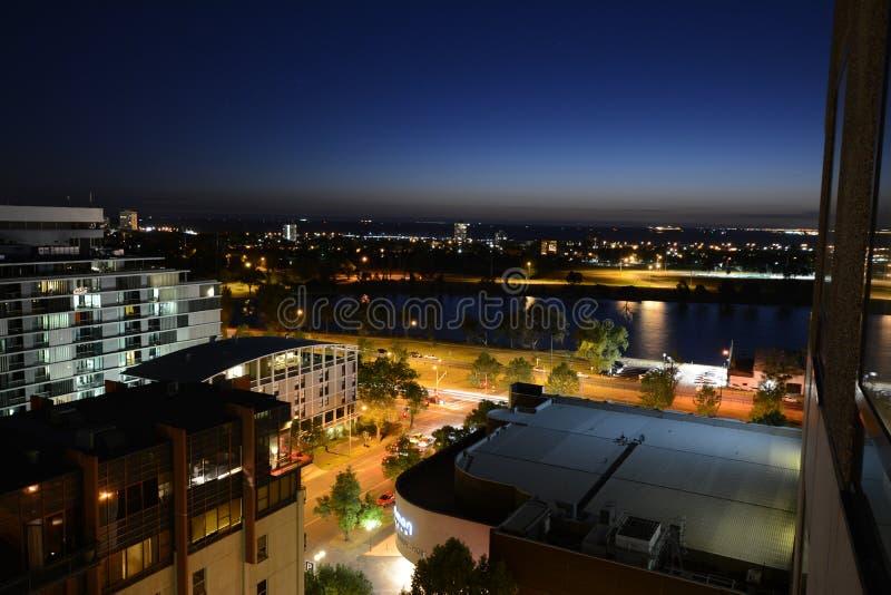 Opinião da baía de Melbourne na noite imagem de stock