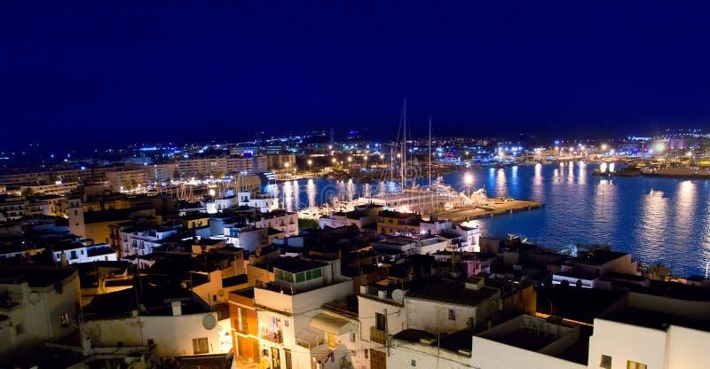 Opinião da baixa da noite do ângulo elevado de Ibiza eivissa foto de stock