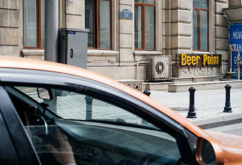 Opinião da barra do ponto da cerveja do táxi em Baku foto de stock royalty free