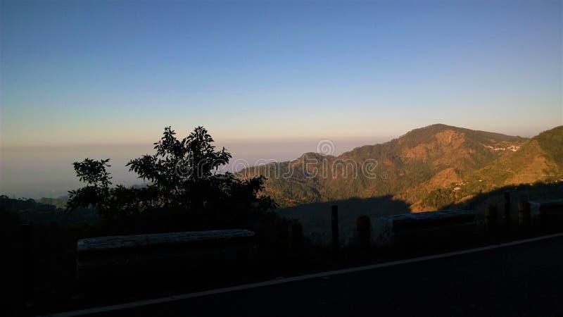 Opinião da borda da estrada da montanha foto de stock