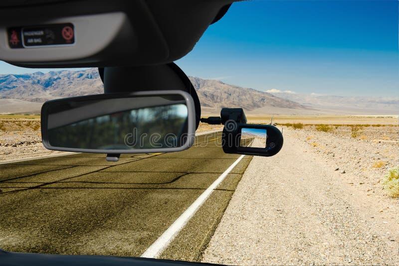 Opinião da câmera do carro de Dashcam da estrada do deserto, o Vale da Morte, EUA imagem de stock
