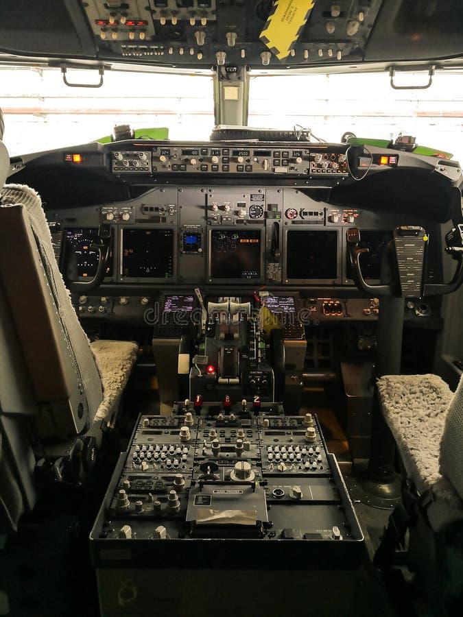 A opinião da cabina do piloto de um Boeing 737-800 imagens de stock
