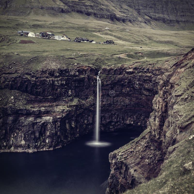 Opinião da cachoeira de Gasadalur imagens de stock