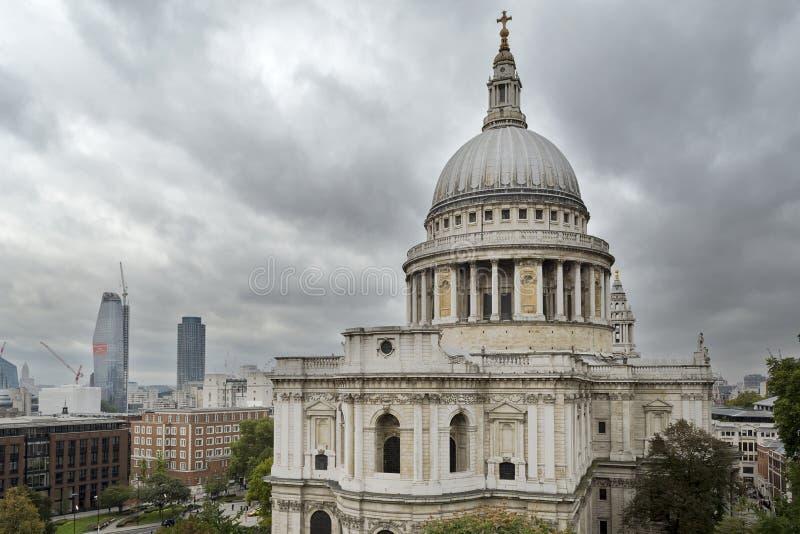 Opinião da catedral de St Paul de um terraço foto de stock
