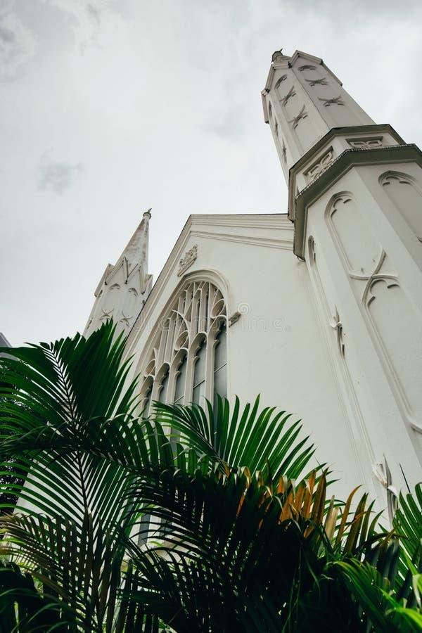 Opinião da cena do dia da construção velha da catedral de St Andrew em Singapura foto de stock royalty free