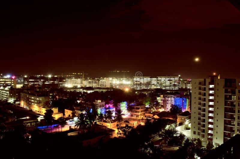 Opinião da cidade da noite de Bangalore, Karnataka, Índia imagem de stock