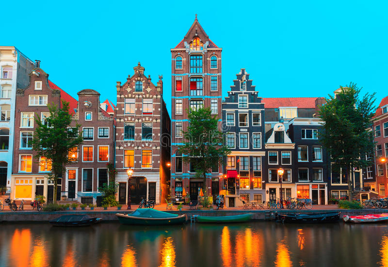 Opinião da cidade da noite de canais de Amsterdão e típico ho fotos de stock
