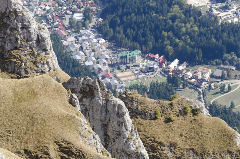 Opinião da cidade de Busteni das montanhas de Bucegi, Roménia imagens de stock