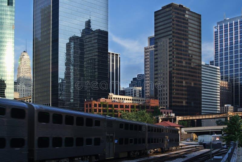Opinião da cidade de Chicago, incluindo trilhas do trem fotos de stock