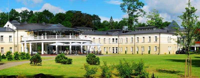 Opinião da cidade de Druskininkai: natureza e casa imagens de stock royalty free