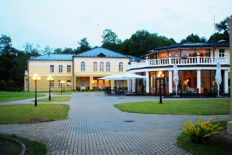 Opinião da cidade de Druskininkai: natureza e casa fotos de stock royalty free