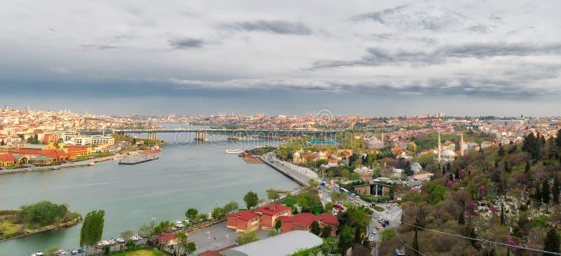 Opinião da cidade de Istambul do overlookin da estação de Pierre Loti Teleferik foto de stock royalty free