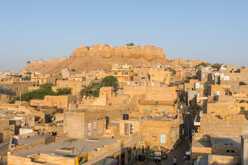 Opinião da cidade de Jaisalmer com o forte no monte foto de stock