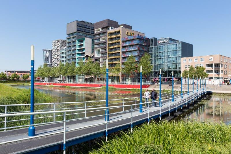 Opinião da cidade de Lelystad com lagoa e passarela nos Países Baixos imagens de stock