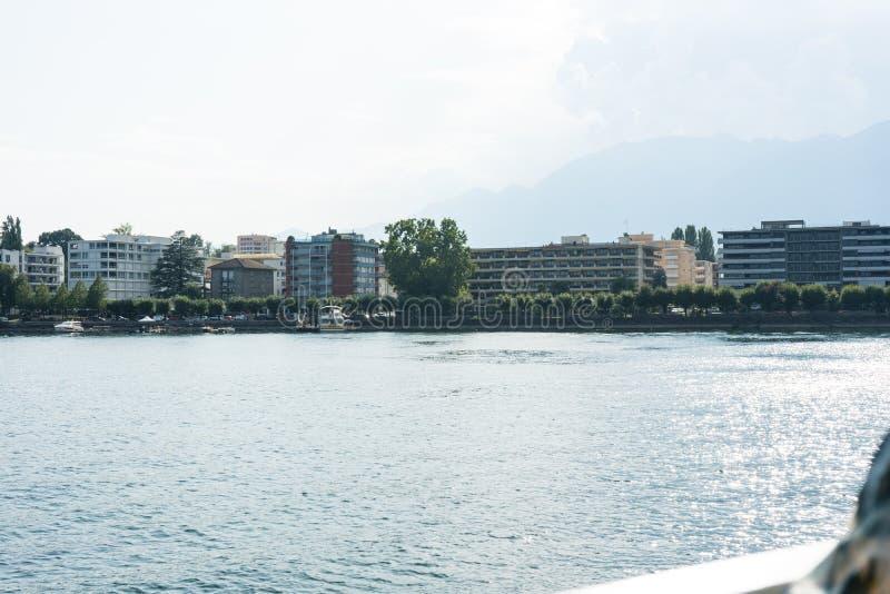 Opinião da cidade de locarno do maggiore do lago com céu azul e água imagens de stock royalty free