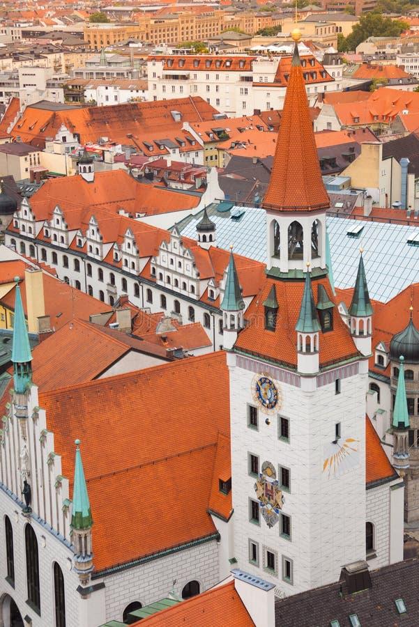 Opinião da cidade de Munich, câmara municipal velha, Baviera fotografia de stock