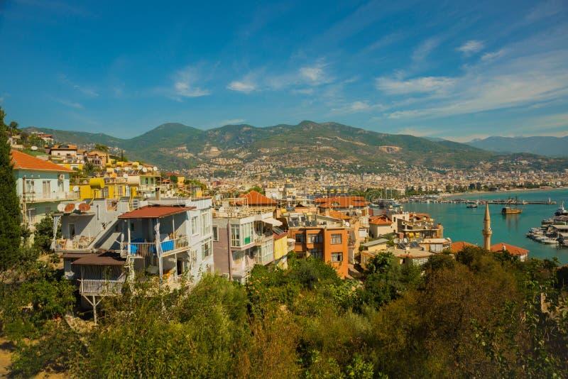 Opinião da cidade e do mar de cima de Nas montanhas altas do horizonte Alanya, distrito de Antalya, Turquia, Ásia imagem de stock royalty free