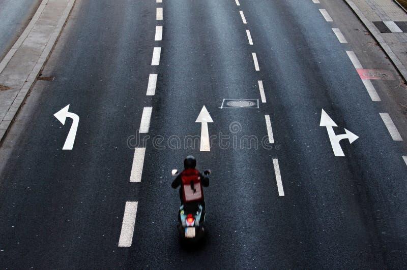 Opinião da cidade na estrada asfaltada com linhas brancas imagens de stock