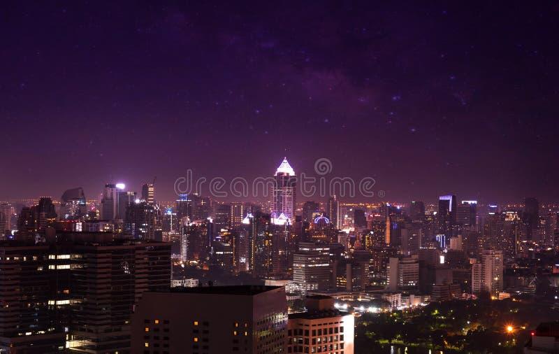 Opinião da cidade no céu noturno e na Via Látea, arquitetura da cidade fotos de stock