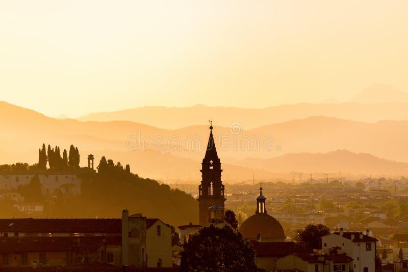 Opinião da cidade no por do sol foto de stock