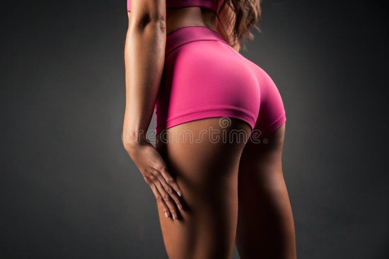 Opinião da colheita das nádegas desportivos fêmeas fotografia de stock royalty free