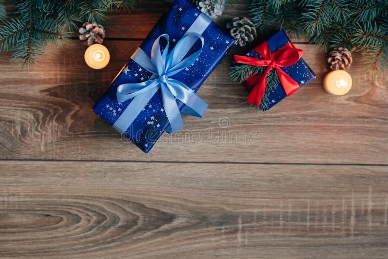 Opinião da composição do ano novo de cima de Os desenhos em espinha brincam com velas, caixas no fundo de madeira imagem de stock royalty free