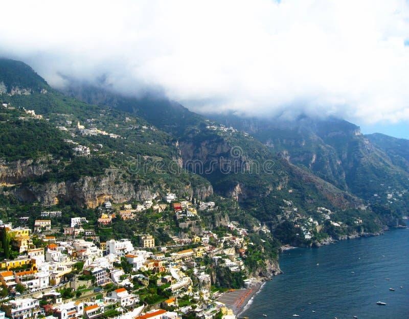 Opinião da costa da vila de Positano no monte rochoso Amalfi, Italy imagem de stock royalty free