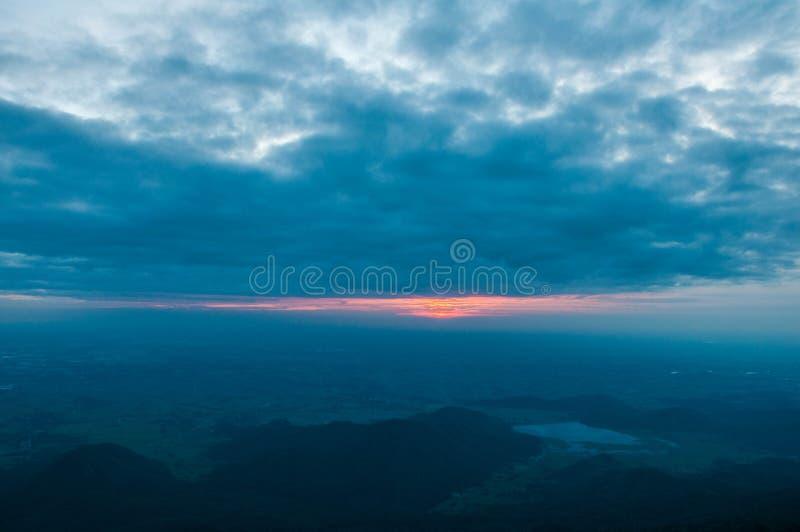 Opinião da elevação de Sun na montanha fotos de stock