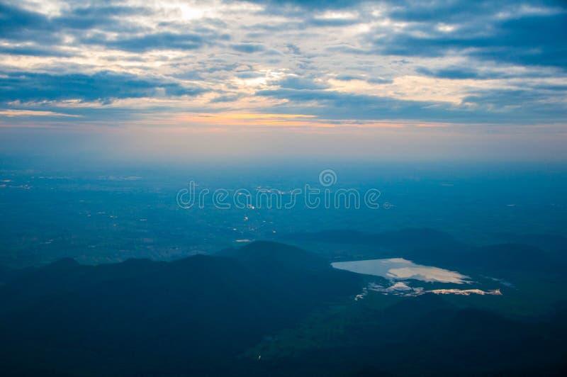 Opinião da elevação de Sun na montanha fotografia de stock royalty free