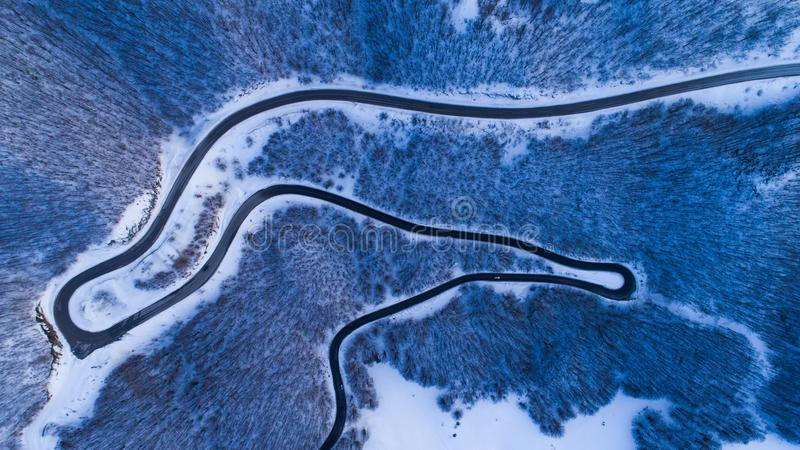 Opinião da estrada da montanha do inverno de cima de fotografia de stock royalty free