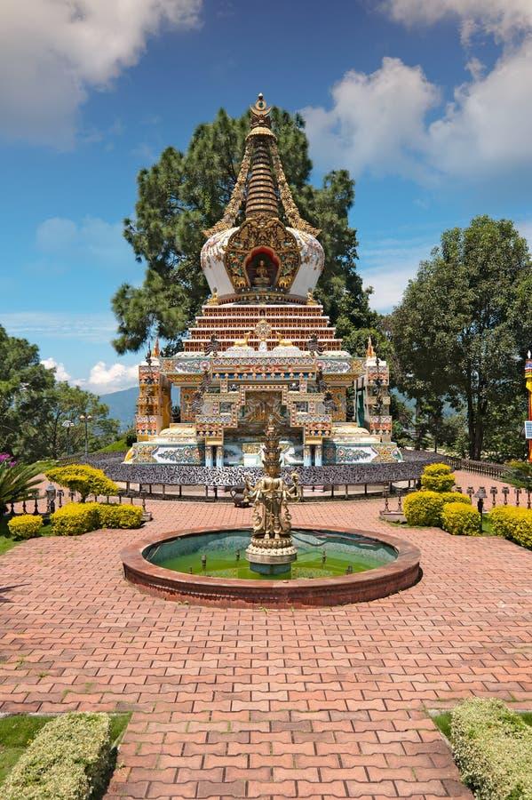 Opinião da fonte do jardim do monastério de Kopan em Kathmandu foto de stock royalty free