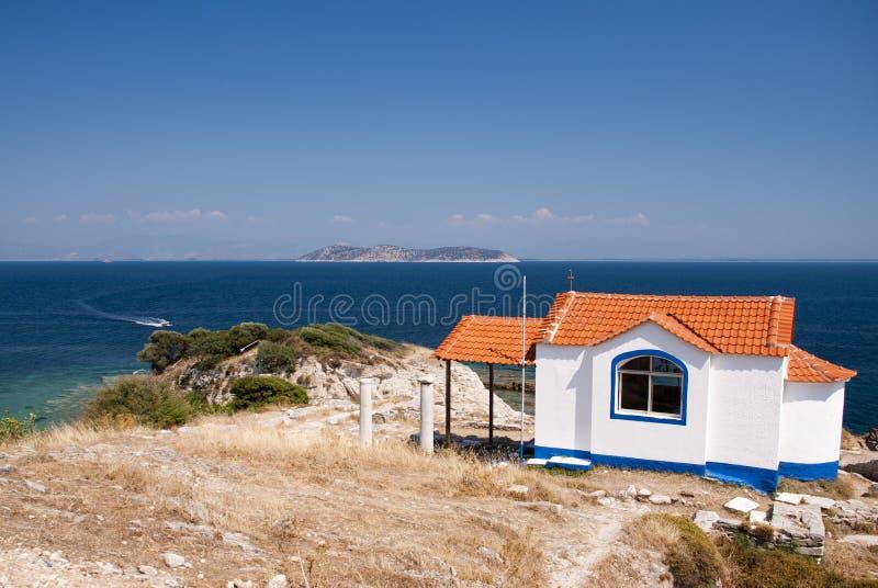 Opinião da igreja sobre o mar fotografia de stock